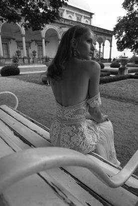 שמלת כלה חשופה ותחרה עבה