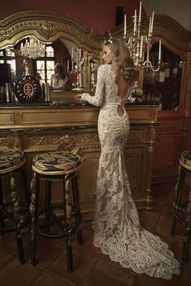 שמלת כלה עם שובל בגימור גלי