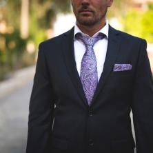 חליפת חתן עם עניבה סגולה