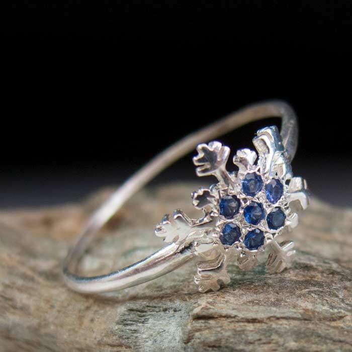 תכשיט: תכשיט לאישה, טבעת אירוסין, טבעת נישואין, תכשיט עם יהלומים, ספיר, תכשיט מזהב לבן, תכשיט בעיצוב גיאומטרי - ארדון - Ardonn
