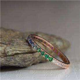 טבעת אירוסין משובצת אבנים צבועניות
