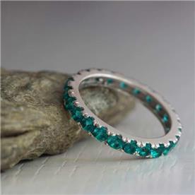 טבעת אירוסין משובצת אבנים כחולות