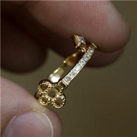 טבעת מעוצבת משובצת יהלומים