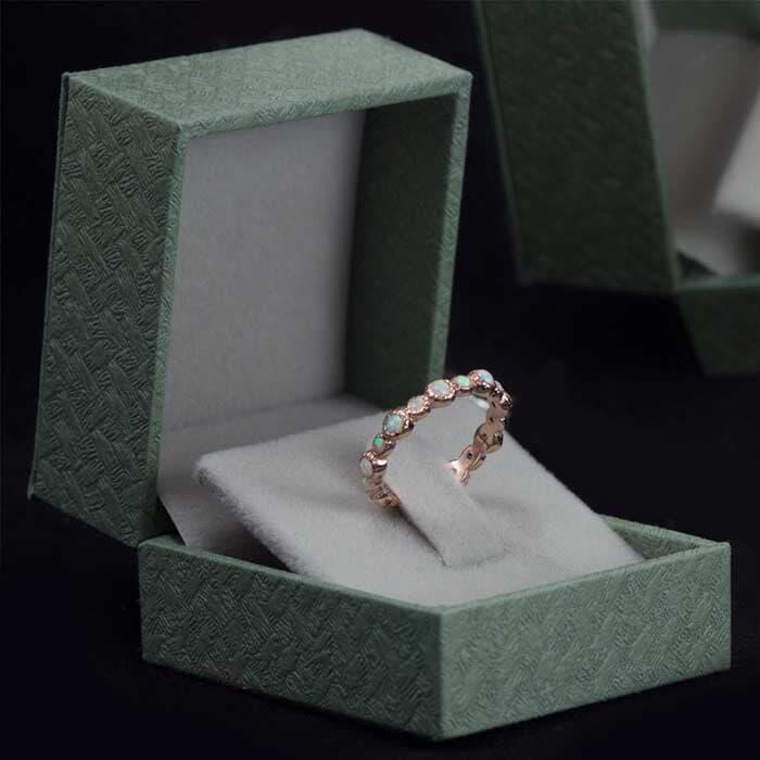 טבעת עדינה מעוטרת באבנים צבועניות