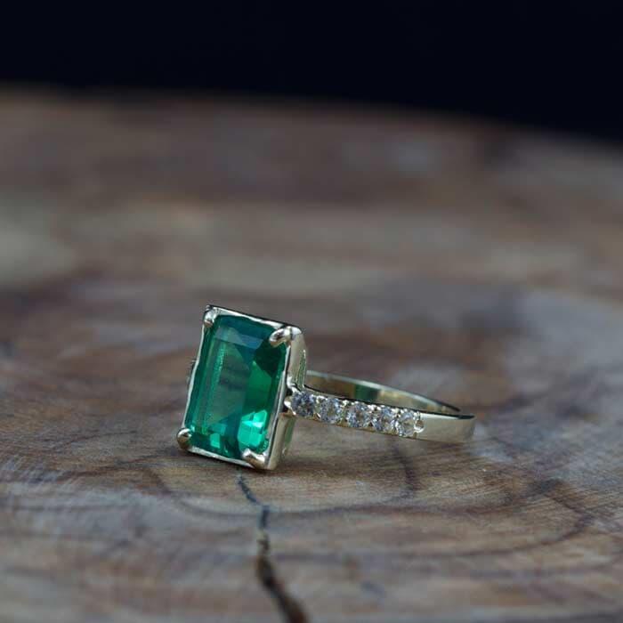 טבעת קלאסית אבן גדולה