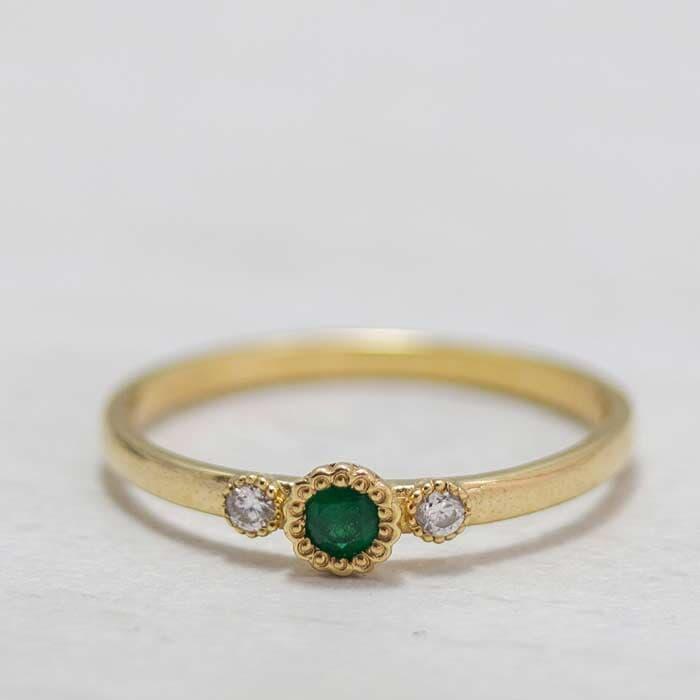 טבעת עדינה יהלום ואמרלד