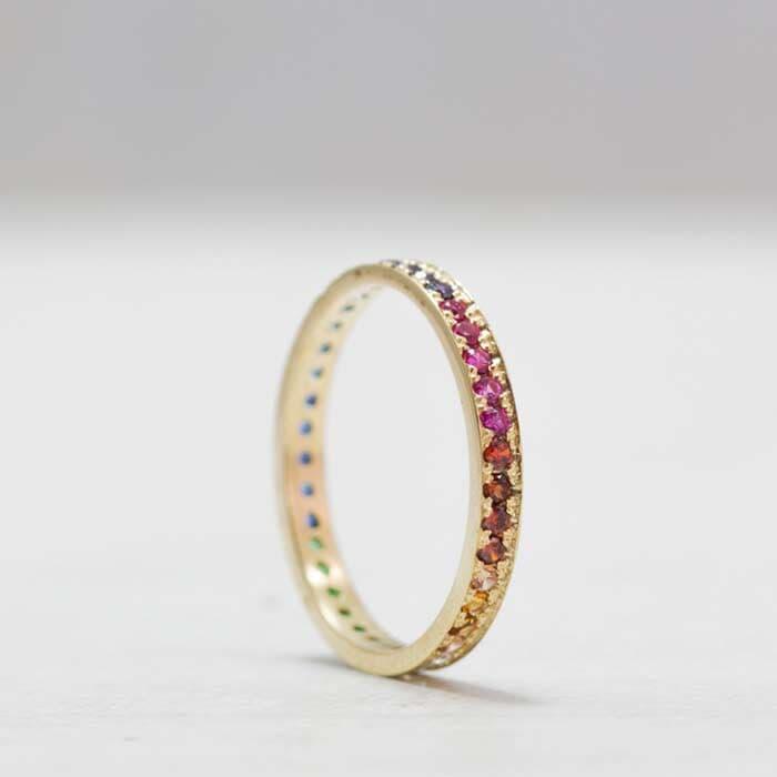 טבעת קלאסית מעוטרת באבנים צבועניות