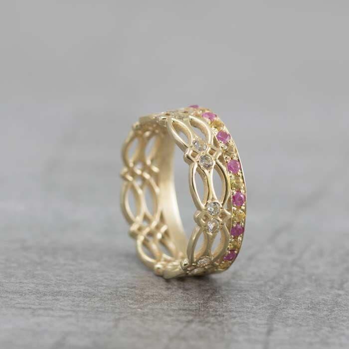 טבעת בעיצוב תחרה עם אבני חן