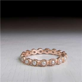 טבעת מעוטרת בפנינים
