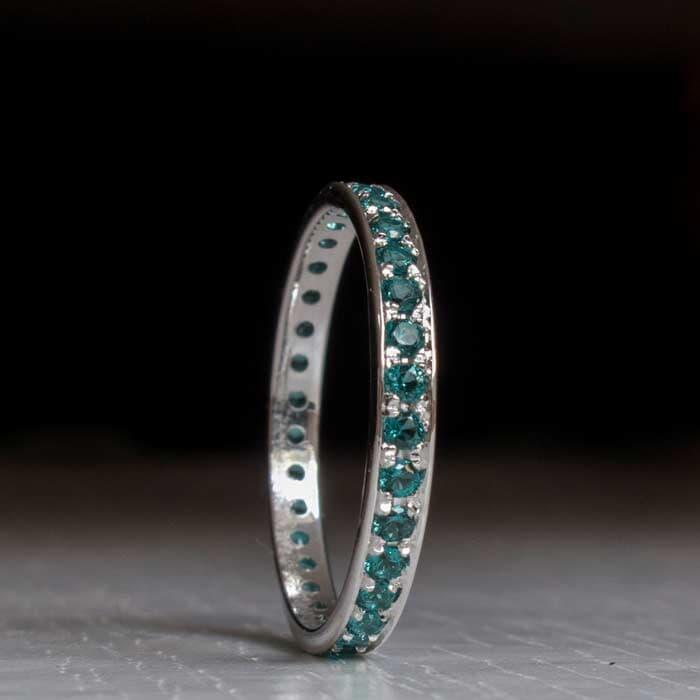 טבעת משובצת עדינה