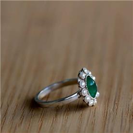 טבעת בעיצוב פרח אמרלד ויהלומים