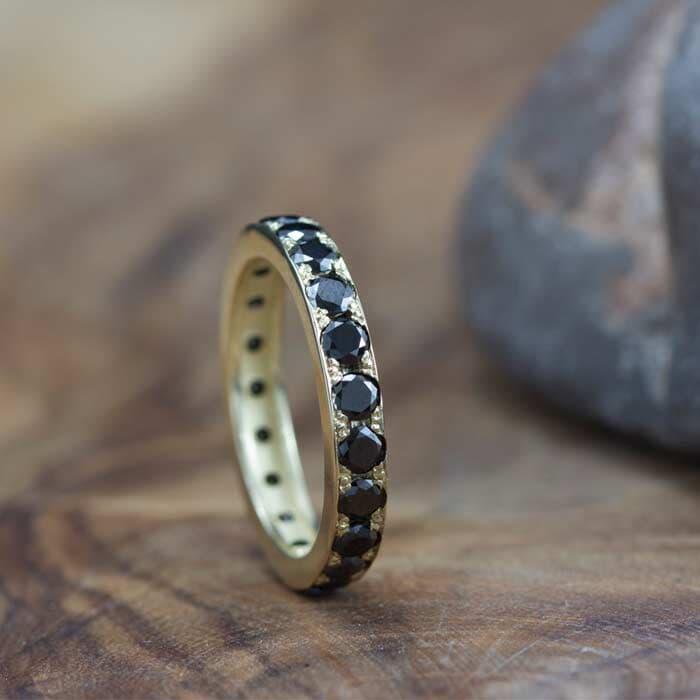 טבעת קלאסית משובצת יהלום שחור