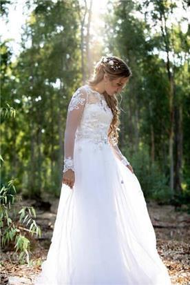 שמלת כלה: שמלה בגזרה נשפכת, שמלה בסגנון רומנטי, שמלה עם תחרה, שמלה עם שרוולים, שמלה בצבע לבן - לירון ברעם שמלות כלה