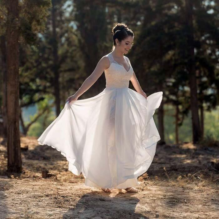 שמלת כלה: שמלה בגזרה נשפכת, שמלה עם כתפיות עבות, שמלה בסגנון רומנטי, שמלה עם תחרה, שמלה עם מחשוף, שמלה בצבע לבן - לירון ברעם שמלות כלה