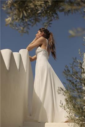 שמלת כלה: שמלת סאטן, שמלה בגזרה נשפכת, שמלה עם חגורה במותן, שמלה בסגנון רומנטי, שמלה בסגנון עדין, שמלה עם תחרה, שמלה עם גב חשוף, שמלה בצבע לבן - לירון ברעם שמלות כלה
