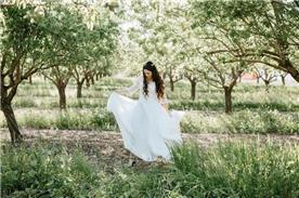 שמלת כלה: שמלה בסגנון רומנטי, שמלה בסגנון צנוע, שמלה עם תחרה, שמלה עם שרוולים, שמלה בצבע לבן - לירון ברעם שמלות כלה