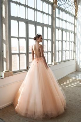 שמלת כלה נפוחה בצבע אפרסק