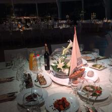 שולחן עם מנות ראשונות