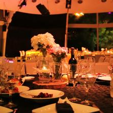 שולחן מעוצב בפרחים