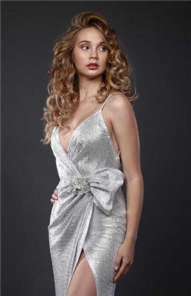 שמלת כלה: קולקציית 2019, שמלה עם כתפיות דקות, שמלה בסגנון רומנטי, שמלה עם תחרה, שמלה עם מחשוף, שמלה עם שסע, שמלה בצבע לבן - אוקסנה שמלות כלה וערב