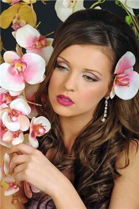 תסרוקת בשילוב פרח
