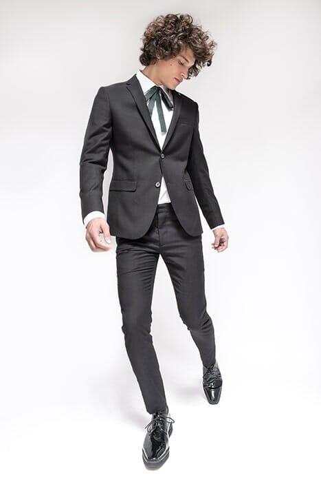 חליפת חתן שחורה עם פפיון