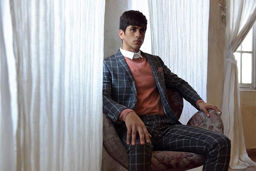 חליפה אפורה משובצת עם סוודר