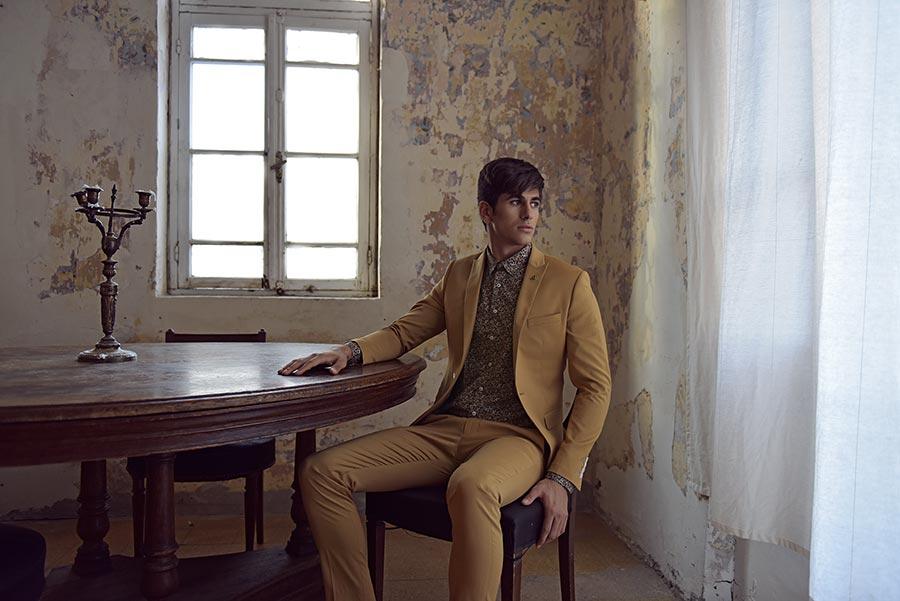 חליפת חתן בצבע חרדל וחולצה מודפסת