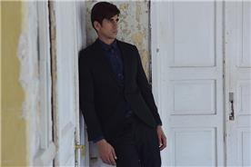 חליפה בצבע שחור