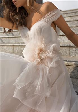 שמלת כלה עם קישוט פרח מטול