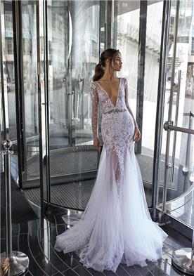 שמלת כלה מטול עם מחשוף