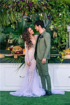 שמלת כלה: שמלה בסגנון רומנטי, שמלה עם תחרה, שמלה עם מחשוף, שמלה עם שובל, שמלה עם שרוולים, שמלה בצבע לבן - דימיטריוס דליה - שמלות כלה