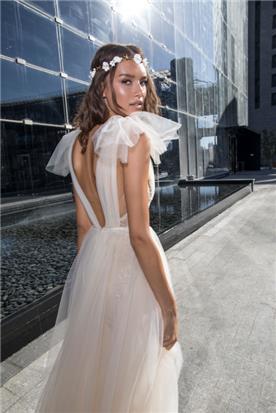 שמלת גב חשוף עם שרוול קטן מעניין