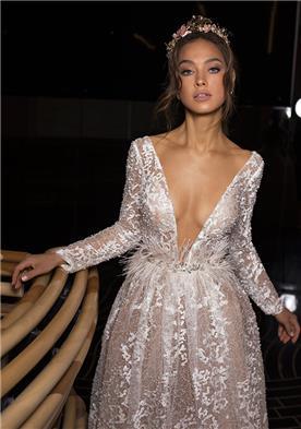 שמלת כלה בשילוב נוצות במותן