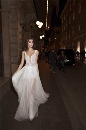 שמלת מחשוף עמוק נשפכת