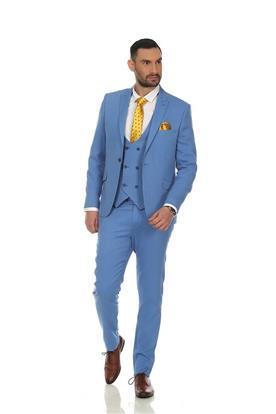 חליפת חתן כחולה ועניבה צהובה