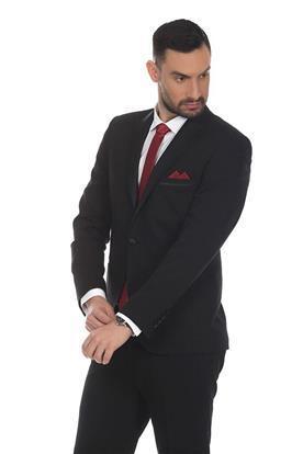חליפה שחורה ועניבה אדומה