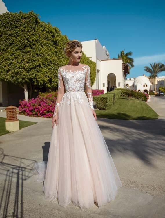 שמלת כלה: שמלה בגזרה נשפכת, שמלה בסגנון רומנטי, שמלה עם תחרה, שמלה עם שרוולים, שמלה בצבע לבן - ROZAN רוזאן