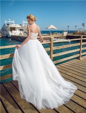 שמלת כלה: שמלה בגזרה נשפכת, שמלה בסגנון רומנטי, שמלה עם תחרה, שמלה עם מחשוף, שמלה עם גב חשוף, שמלה בצבע לבן - ROZAN רוזאן