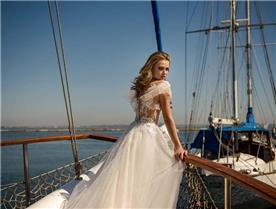 שמלת כלה: שמלה עם כתפיות עבות, שמלה בסגנון רומנטי, שמלה עם תחרה, שמלה עם גב חשוף, שמלה בצבע לבן - ROZAN רוזאן