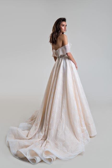 שמלת כלה: קולקציית 2020, שמלה בסגנון רומנטי, שמלה עם תחרה, שמלה עם שובל, שמלה עם גב חשוף, שמלה בצבע לבן, שמלה בצבע ורוד - bridal store- אינה שמלות כלה