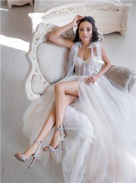 שמלת כלה: קולקציית 2020, שמלה בסגנון רומנטי, שמלה עם תחרה, שמלה עם מחשוף, שמלה עם שסע, שמלה בצבע לבן - bridal store- אינה שמלות כלה