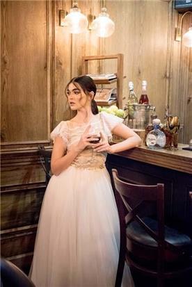 שמלה עם מחשוף ושסע