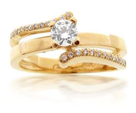 טבעת סימטרית בעיצוב רומנטי