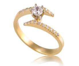 טבעת סימטרית מעוטרת יהלומים