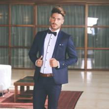 חליפת חתן כחולה עם חולצה לבנה