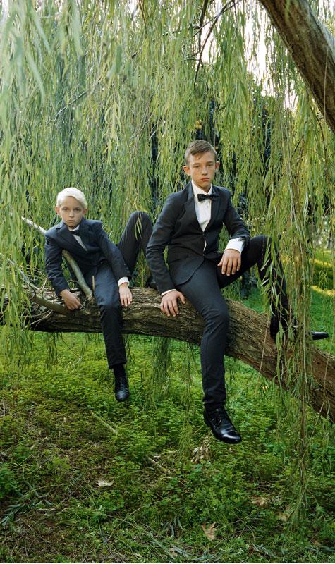 שושבין צעיר עם החתן בחליפות תואמות