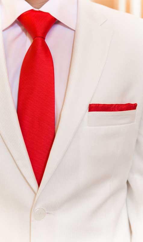חליפה לבנה עם אקססוריז 'דרמטיים'