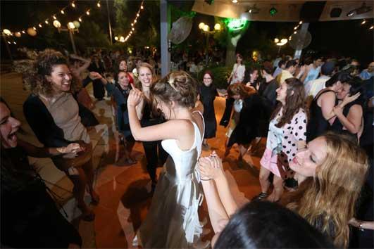 על רחבת הריקודים