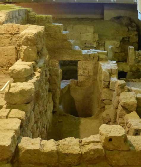 חתונה לצד מבנים עתיקים